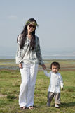 Matriz e filho que andam no parque Foto de Stock