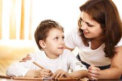 Matriz e filho que desenham junto Fotos de Stock