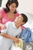 Matriz e filho que fazem a lavanderia Fotografia de Stock