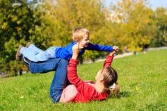 Matriz e filho que jogam ao ar livre Foto de Stock