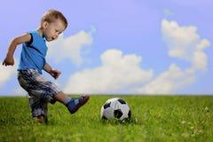 Matriz e filho que jogam a esfera no parque. fotografia de stock royalty free