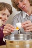 Matriz e filho que preparam a massa de pão fotos de stock