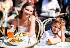 Matriz e filho que têm o almoço no restaurante do passeio Foto de Stock Royalty Free