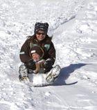 Matriz e filho que têm o divertimento no monte do trenó Fotografia de Stock Royalty Free