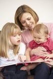 Matriz e livro de leitura das filhas imagens de stock royalty free