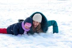 Matriz e miúdo que têm o divertimento ao ar livre no dia de inverno Fotos de Stock Royalty Free
