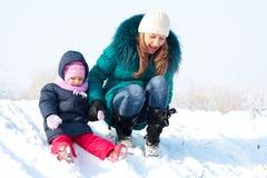 Matriz e miúdo que têm o divertimento ao ar livre no dia de inverno Fotografia de Stock