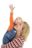 A matriz e o bebê felizes da família mostram a mão acima Fotos de Stock Royalty Free