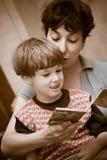 A matriz e o menino leram o livro Foto de Stock Royalty Free