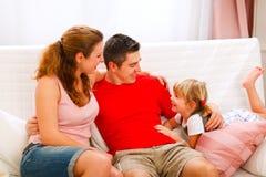Matriz e pai que falam com filha foto de stock royalty free