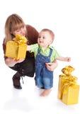 Matriz e rapaz pequeno com presentes imagens de stock