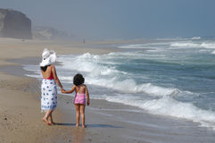 Matriz e seu bebê na praia fotografia de stock royalty free
