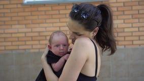 Matriz e seu bebê recém-nascido Terra arrendada feliz da matriz seu bebê Conceito de maternidade filme