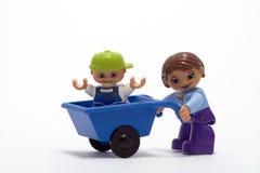 Matriz e sua criança ao ar livre no trabalho imagens de stock royalty free