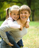 A matriz e sua criança estão jogando no parque Fotos de Stock Royalty Free