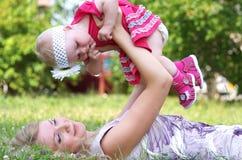 Matriz e sua criança no parque Imagens de Stock Royalty Free