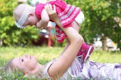 Matriz e sua criança no parque Foto de Stock Royalty Free