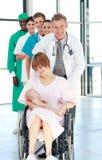 Matriz em um weelchair com seu bebê recém-nascido Imagens de Stock Royalty Free