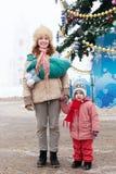 Matriz feliz com as duas crianças no tempo do Natal Fotos de Stock