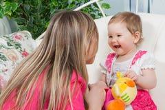Matriz feliz com filha do bebê Fotografia de Stock Royalty Free
