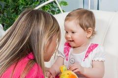 Matriz feliz com filha do bebê Fotos de Stock