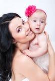 Matriz feliz com o bebê sobre o branco Imagem de Stock