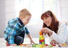 Matriz feliz e filho que jogam junto Fotografia de Stock Royalty Free