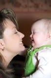 Matriz feliz e seu infante foto de stock royalty free