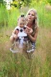 Matriz feliz e sua filha ao ar livre fotografia de stock royalty free