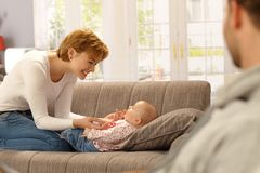 Matriz feliz que joga com bebê Imagem de Stock