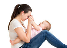 Matriz feliz que joga com seu bebê Fotos de Stock