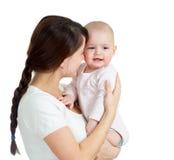 Matriz feliz que mantem seu bebê da filha isolado Fotografia de Stock Royalty Free