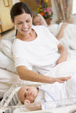 Matriz grávida com o bebê no sorriso do hospital