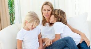 Matriz loura que tem o divertimento com suas crianças fotos de stock royalty free
