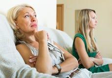 Matriz madura e filha que têm a discussão Fotografia de Stock Royalty Free