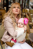 Matriz nova bonita com sua filha do bebê fotos de stock