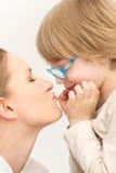 Matriz nova com seu filho que joga e que beija-se Fotos de Stock