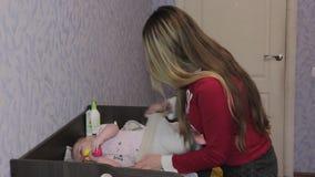 Matriz nova e sua filha pequena vídeos de arquivo