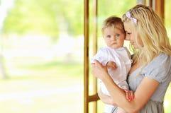 Matriz nova que guardara seu bebé pequeno Imagem de Stock