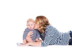 Matriz nova que joga com seu filho pequeno Imagem de Stock Royalty Free