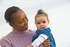 Matriz orgulhosa com filha. Foto de Stock Royalty Free