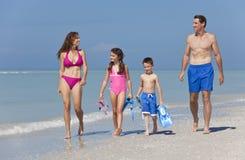 Matriz, pai & família das crianças que anda na praia Fotografia de Stock Royalty Free
