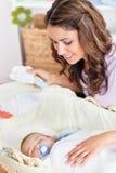 Matriz pensativa que balanç seu encontro do bebê Foto de Stock