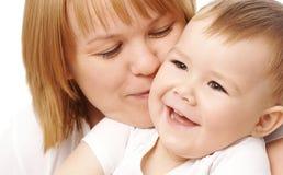 Matriz que abraça sua criança feliz Imagens de Stock