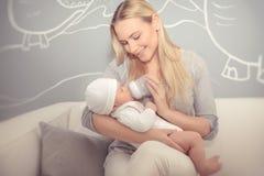 Matriz que alimenta seu bebê Imagem de Stock Royalty Free
