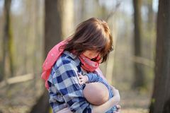 Matriz que amamenta seu bebê Fotos de Stock Royalty Free