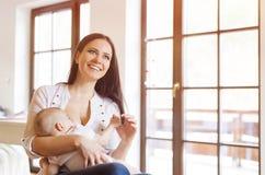 Matriz que amamenta seu bebê fotografia de stock