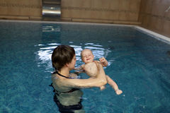 Matriz que aprende a natação da criança Foto de Stock Royalty Free