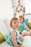 Matriz que cozinha quando suas duas filhas jogarem Imagens de Stock Royalty Free
