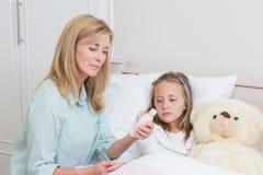 Matriz que dá a sua filha a medicina da tosse fotografia de stock